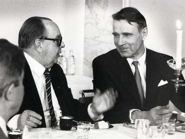 Mauno Koivisto kuvattuna Veikko Vennamon (vas.) kanssa 3. lokakuuta 1986.