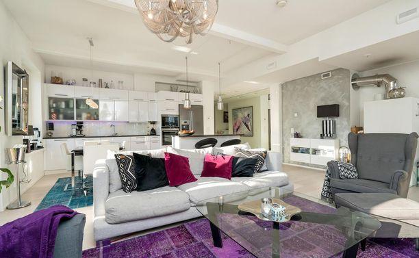 Keittiö ja olohuone ovat yhtä avonaista tilaa.