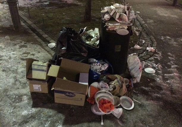 Roska-astian täytyttyä, Ravintolapäivän osallistujat olivat jättäneet roskansa lojumaan maahan.