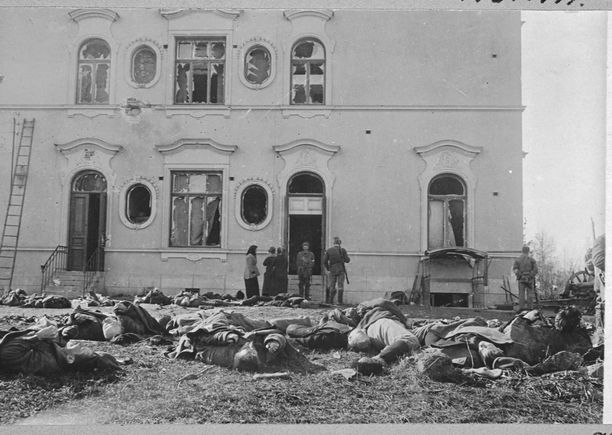 Kaatuneita punaisia Näsilinnan pihalla.