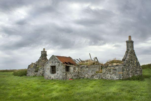 Hylätyn maalaistalon rauniot Ulko-Hebrideillä. Vain muutamalla näistä saarista on enää asutusta.