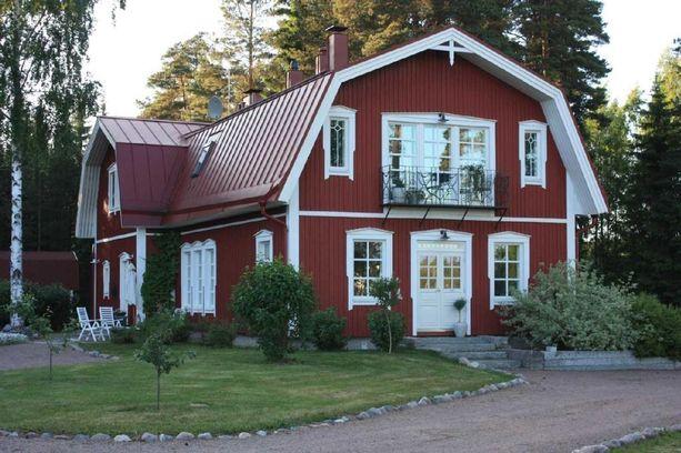 Päärakennus on ruotsalaistyyppinen punainen puutalo. Tilan ympäristössä on metsästysmaita.