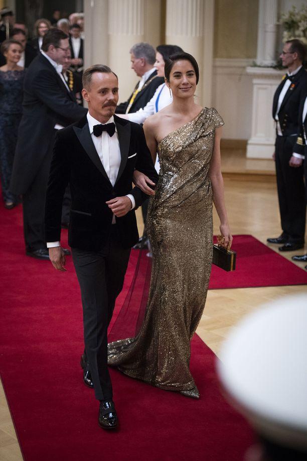 Näyttelijä Jasper Pääkkösen puoliso Alexandra Escat hurmasi suomalaiset vuoden 2018 Linnan juhlissa. Mert Otsamon suunnittelema, tyköistuva kullanhohtoinen iltapuku näyttäisi upealta myös Hollywoodin punaisella matolla.