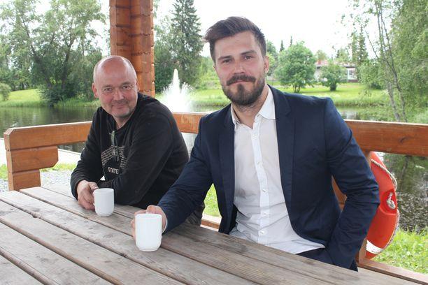 – Koen, että Sami on liikkeellä nöyränä miehenä, hän haluaa aidosti tietää mitä yrittäjille ja muille kuntalaisille kuuluu, kunnanjohtaja Sami Gustafssonin kotiinsa iltakahville kutsunut Timo Vesala (vasemmalla) sanoo.
