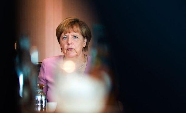 Liittokansleri Angela Merkel varoitti sunnuntaina, että nykyinen pakolaiskriisi voi pian olla suurempi haaste Euroopalle kuin Kreikan taloushuolet.
