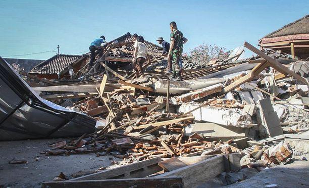Myös tuhansia koteja ja muita rakennuksia on tuhoutunut maanjäristyksessä.