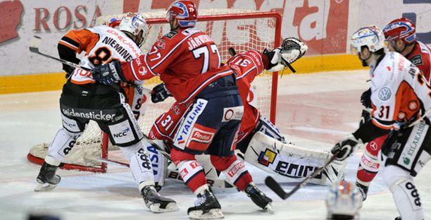 HPK:n Niko Nieminen pääsi viimeistelemään voittomaalin pomppukiekosta.