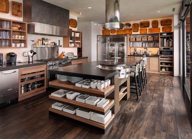 Tyylikkäässä keittiössä on tilaa kokata.