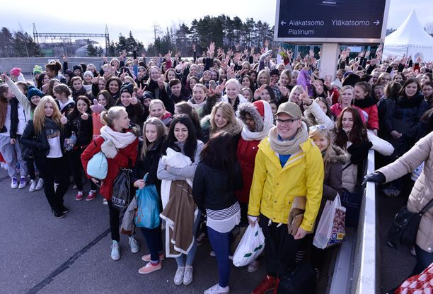 Innokkaimmat fanit saapuivat Pasilassa sijaitsevalle Hartwall Areenalle jo aamusta.