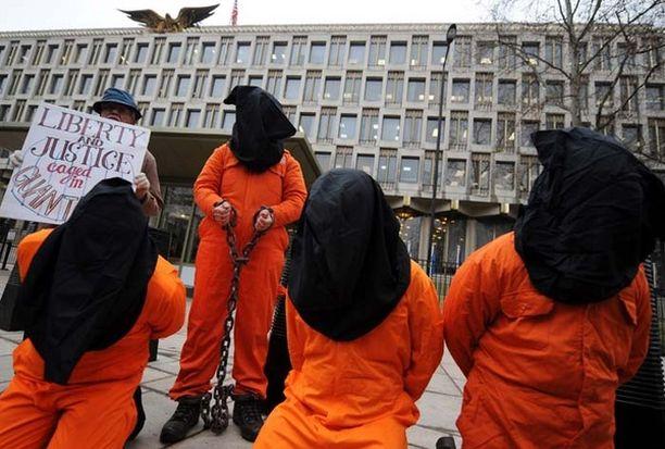 Mielenosoittajat vaativat Britanniassa asuneen Shaker Aamerin vapautusta Lontoossa. Aamer armahdettiin jo kesäkuussa 2009, mutta häntä pidetään edelleen vankina Guantanamossa.
