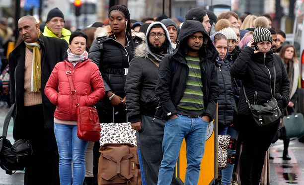 Eteläisessä Englannissa on ollut tällä viikolla liikennekaaos myös metrolakon takia. Kuvassa ihmiset jonottavat linja-autoa, jotka kulkivat.