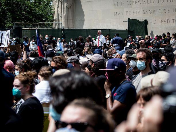 Newyorkilaiset ovat kääntäneet selkänsä kaupungin pormestarille Bill de Blasiolle.