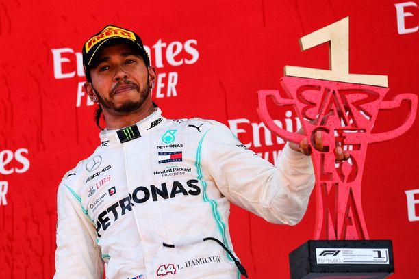 Lewis Hamilton omisti Espanjan GP:n voittonsa kuolemansairaalle Harrylle. Hamiltonin kädessä näkyvä pokaali on nyt 5-vuotiaan pojan palkintokaapissa.