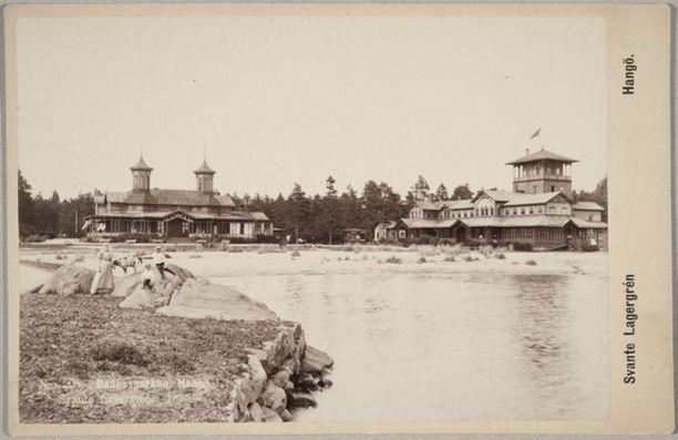 Kylpyläeloa Hangon rantakallioilla 1890-luvulla. Taustalla näkyy myös silloinen Hangon Seurahuone.