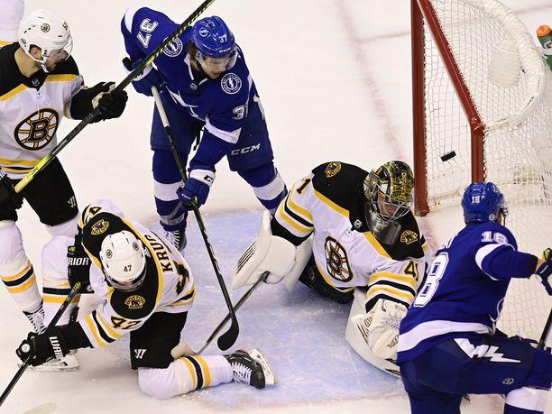 Tampa Bayn Ondrej Palat (etualalla oikealla) iski jatkoaikamaalin Boston Bruinsin maalivahti Jaroslav Halakin taakse tämän jähmettyessä suolapatsaaksi.
