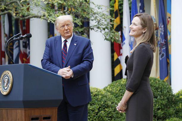 Trump ja Amy Coney Barrett Valkoisen talon tiedotustilaisuudessa.