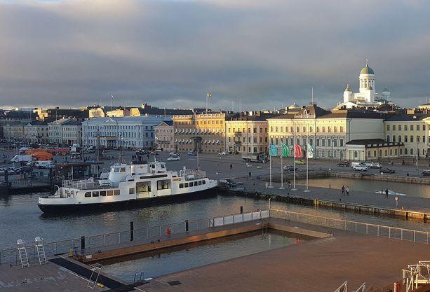 Nyt esimerkiksi Suomenlinnasta tulevat näkevät vain Ruotsin lipun, mutta 5. joulukuuta lähtien Ruotsin lähetystön viressä, Helsingin kaupungintalon katolla hulmuaa Suomen lippu 24/7 vuoden loppuun saakka.