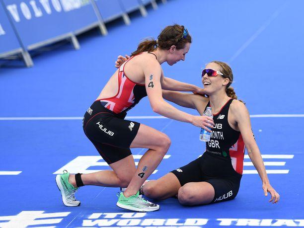 Georgia Taylor-Brown (vas.) ja Jessica Learmonth hylättiin olympiakarsinnassa Tokiossa. Kuvassa he juhlivat ITU:n World Triathlon Seriesin osakilpailun kaksoisvoittoaan Leedsissä kesäkuun alussa.