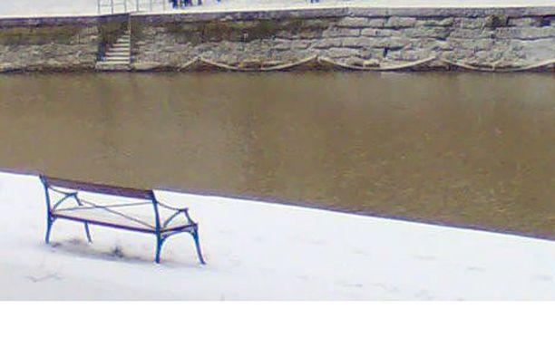 Kuvituskuva: Aurajoen rantaa talvella.