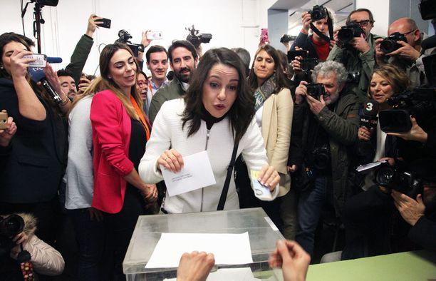 Itsenäisyyttä vastustavan Ciudadanos-puolueen johtaja Ines Arrimadas kävi äänestämässä.