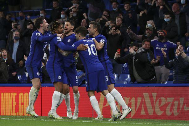 Chelsea pääsi juhlimaan pitkästä aikaa yleisön eteen, kun Stamford Bridgelle voitiin ottaa noin kymmenen tuhatta katsojaa.