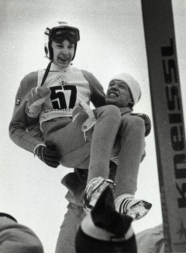 Jari Puikkonen nosti Matti Nykäsen kultatuoliin Sarajevon olympialaisissa vuonna 1984.