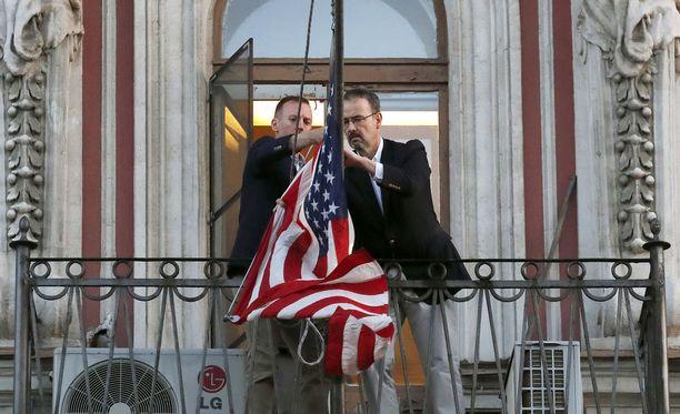 Venäjä ja Yhdysvallat ovat viime viikkoina karkottaneet useita kymmeniä toistensa diplomaatteja maistaan. Kuvassa lippua hilataan alas Yhdysvaltain suljetun Pietarin-konsulaatin parvekkeelta maaliskuun lopulla.