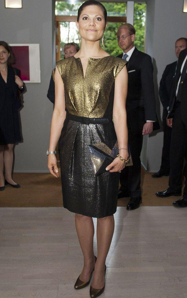 Illaksi Vickan vaihtoi metallinhohtoiseen mekkoon.