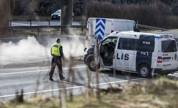 Poliisi selvitteli Lempäälän kaahariampujan jälkiä huhtikuussa.