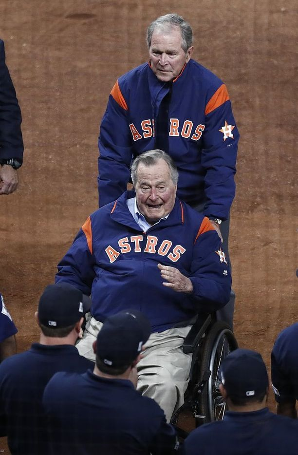 George H.W. Bush on historian vanhimmaksi elänyt Yhdysvaltojen presidentti. Maan 41. presidentillä on ikää 93 vuotta. Pyörätuolia työntää hänen poikansa, USA:n 43. presidentti George W. Bush, 71. Kuva lokakuun lopulta.