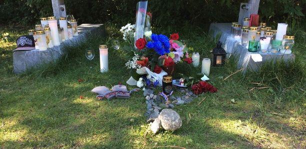 Vuosaaren Mustankivenpuistosta löytyi kuollut mies tiistaina 8. elokuuta. Puistoon on tuotu kynttilöitä ja kukkia miehen muistolle.