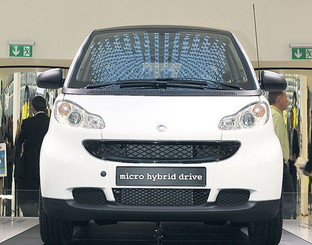 CO2-luku 103g/km. Seis. Moottorin tarpeen tullen -esimerkiksi liikennevaloissa -pysäyttäv automatiikka yleistyy vauhdilla: Smartin pienoishybridissä se laskee päästöt 112 grammasta 103:een.