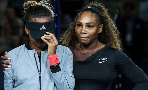 Tämä kuva leviää sosiaalisessa mediassa. Jenkkiyleisö sai Naomi Osakan itkemään palkintojenjaossa, mutta Serena Williams lohdutti nuorta voittajaa.