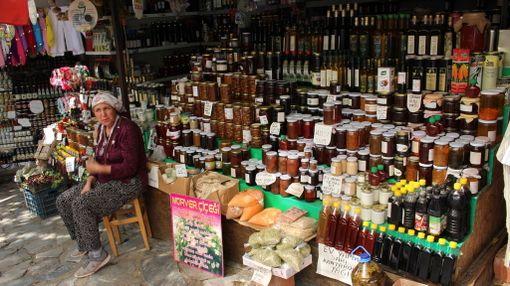 Sirincestä voi ostaa vaikkapa paikallisten tekemiä mehuja ja hilloja.