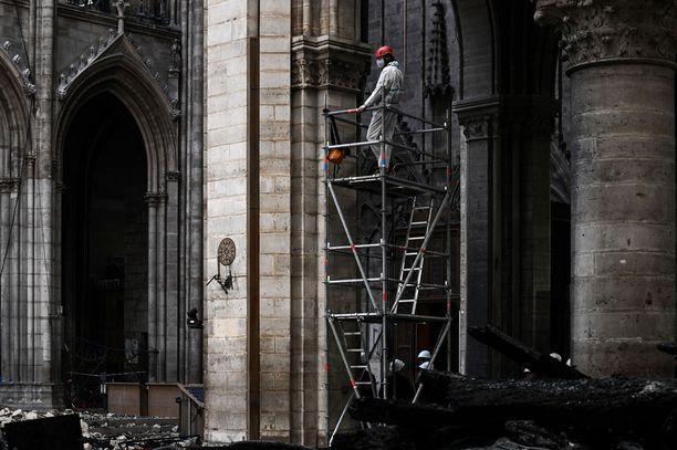 Notre Damen jälleenrakennustyöt näyttivät tältä kuukausi suurpalon jälkeen.