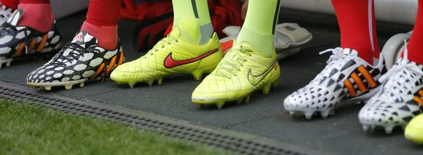 Sveitsin joukkue oli pukeutunut MM-Brasiliassa tällaisiin kenkiin.