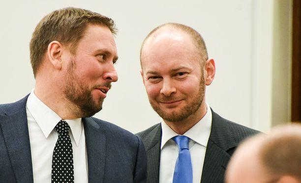Paavo Arhinmäki (vas.) ja Sampo Terho sanailivat oluenjuonnista Twitterissä.