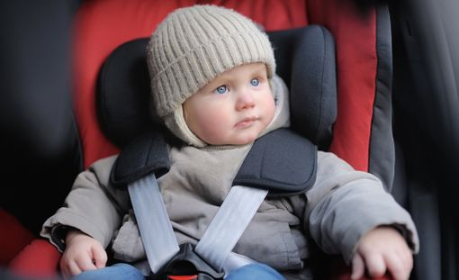 Lapselta kannattaa riisua paksut talvivaatteet ennen turvaistuimen vöiden kiinnittämistä.