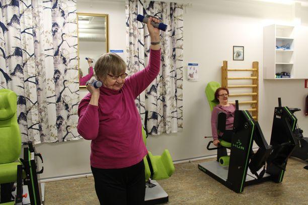 Hilja Korhonen, 81, nauttii kuntosaliharjoittelusta.