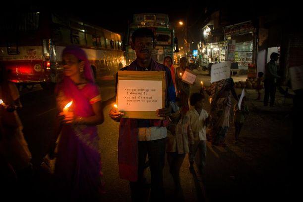 Intiassa on viime vuosina uutisoitu useitsa alaikäisten raiskaustapauksista. Ihmiset marssivat keskiviikkona Uttar Pradeshissa tammikuussa raiskatun ja murhatun 13-vuotiaan tytön muistolle.