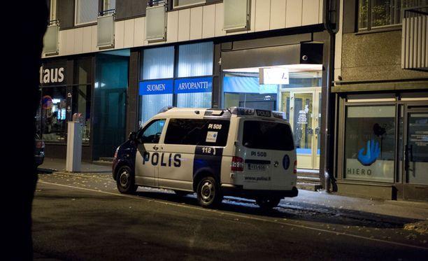 Ryöstetyn liikkeen edustalla oli torstai-iltana poliisiauto.