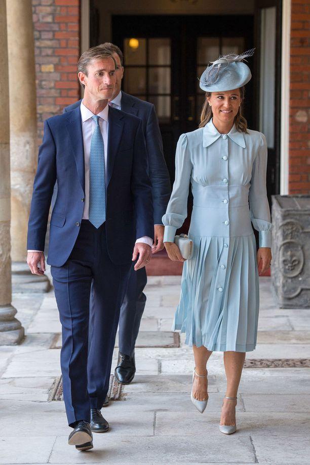 Pippa Middleton saapui hymyileväisenä juhlaaan.