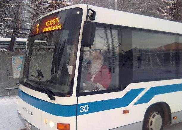 2. Joulupukin tehtäviin kuuluu myös bussikuskina toimiminen. Raadin mielestä joulupukin astuminen tavallisen kansan pariin on hieno ele. Kuva osoittaa kuinka muuntautumiskykyinen ja monitaitoinen pukki on. Tarina ei kerro jäikö joulupukilta yhtään pysäkkiä väliin.