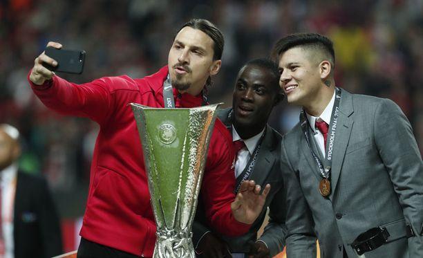 Zlatan Ibrahimovic (vas.) nappasi selfien pokaalin, Eric Baillyn ja Marcos Rojon (oik.) kanssa.