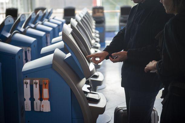 Moni asia on muuttunut lentomatkailussa koronan vuoksi. Yksi tärkeimmistä on se, että nyt täytyy tarkastaa, millaisia todistuksia pitää olla mukana, että pääsee matkakohteeseensa ulkomailla.