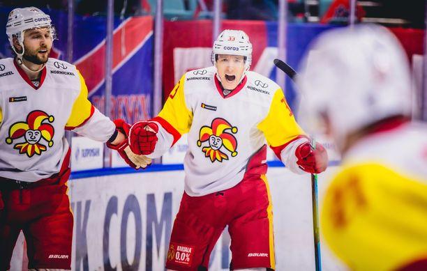 Markus Hännikäinen juhlii laukomaansa ottelun avausmaalia Pietarissa.