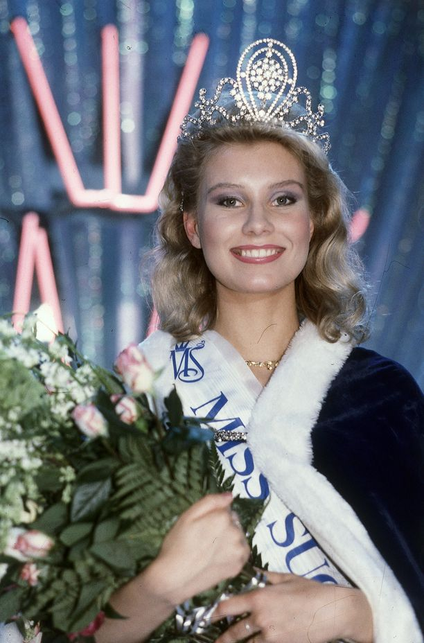 Juuri kruunattu Miss Suomi vuonna 1986.