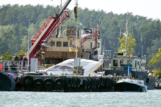 Airiston turmaveneet hinattiin tutkittaviksi Paraisille. Moottoripurjehtija katkenneine mastoineen näkyy kuvassa oikealla. Syytetyn ajama moottorivene on keskellä laiturin takana.