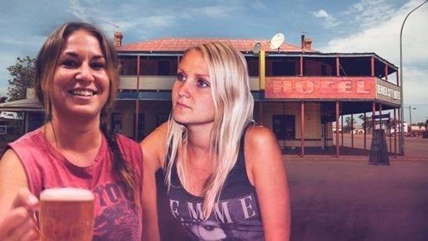 Stephanie ja Lina puhuvat keskenään ruotsia.