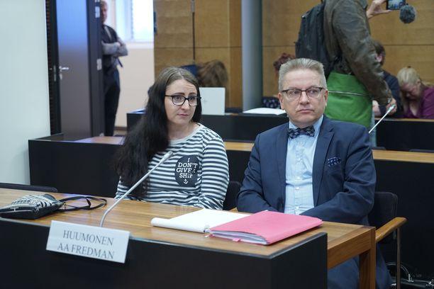 Maanantaina käräjillä käsitellään muun muassa demaripoliitikko Hanna Huumosen tapausta. Hän oli yksi törkeän kunnianloukkauksen kohteiksi joutuneista. Kuvassa Huumonen ja hänen avustajansa Markku Fredman.